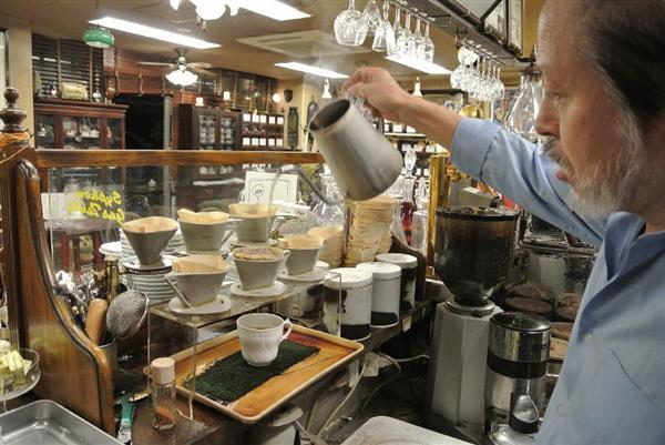 スタバを追う? コーヒー業界「第3の波」 昔ながらの自家焙煎とハンドドリップが若者を魅了